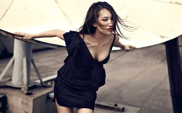Blowing Gentle Wind, Hair in Full Swing, She is Relaxed and Comfortable, What a Scene - An Rui Sexy Model Wallpaper