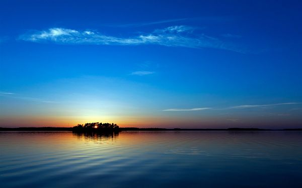 Both the Sea and the Sky Are Incredibly Blue, the Sun is Setting, Painting the Horizon Golden, What a Scene! - Natural Scenery Wallpaper