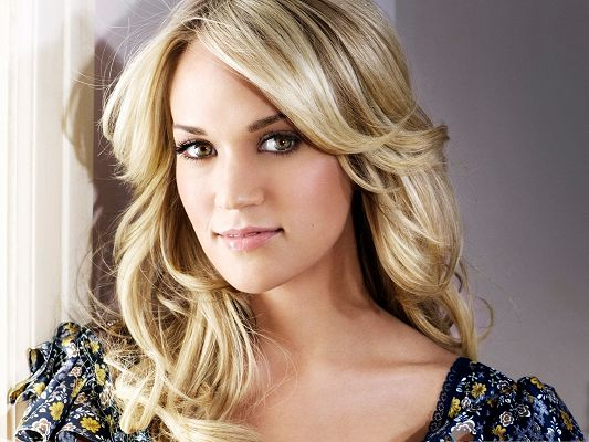 click to free download the wallpaper--Carrie Underwood the Beautiful, Blond Hair and Impressive Eyes, Sweet Look
