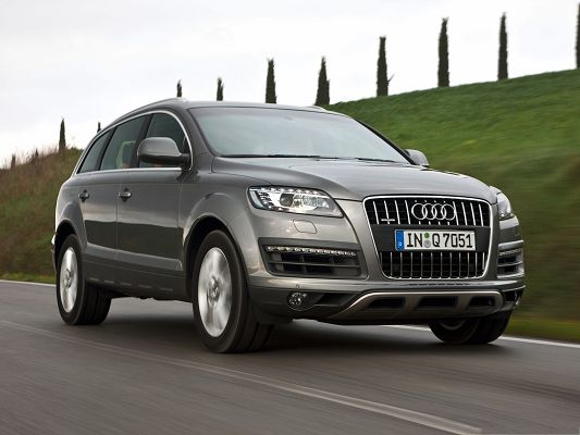click to free download the wallpaper--Cars Image as Background, Brown Audi Q7 in Fast Speed, Amazing Scene