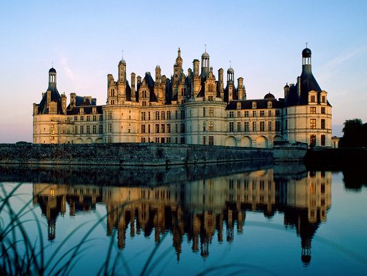click to free download the wallpaper--Chateau de Chambord France Post in Pixel of 1600x1200, Tall Buildings Fully Reflected in Clear Sea, Naughty Ripples Are Around - HD Natural Scenery Wallpaper