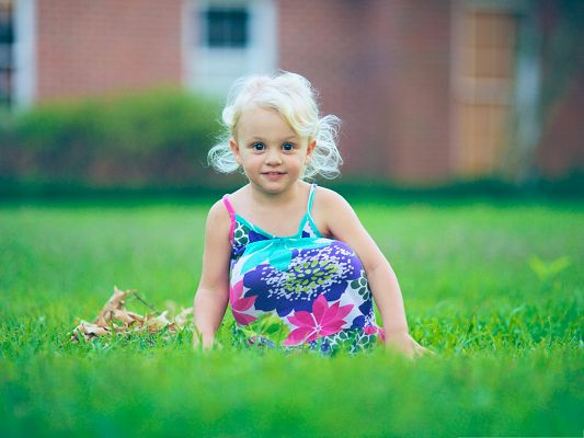 click to free download the wallpaper--Child Girl Image, Baby Girl in Casual Dress, a Ball Hiding in?