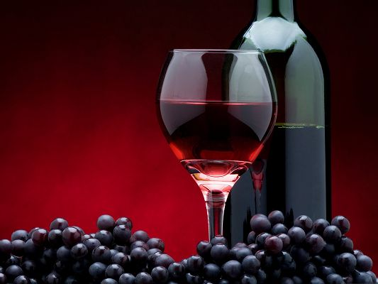 click to free download the wallpaper--Computer Desktop Wallpaper, Red Wine Bottle, Ripe and Beautiful Grapes Beneath