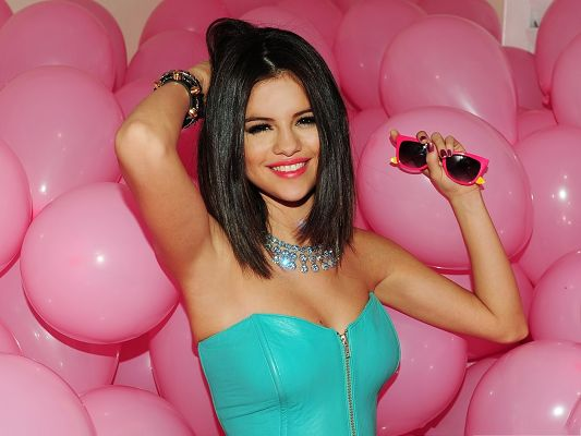 Computers Background Free, Hot Selena Gomez, Pink Balloons Around Her