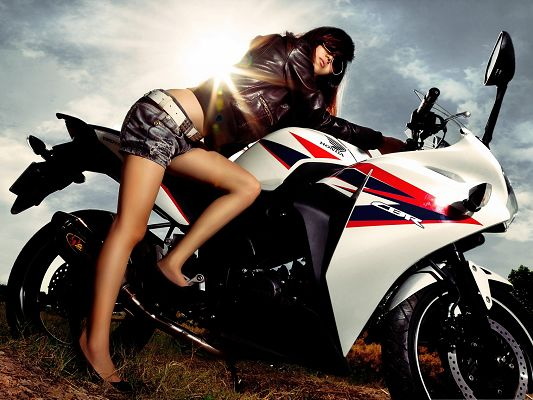 click to free download the wallpaper--Cool Girls Photo, on White and Tall Motor, Black Sunglasses, Sunlight on Her
