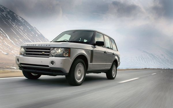 click to free download the wallpaper---Driving in Full Speed, the Scenes Alongside the Road Are Flying Behind, How Exciting the Journey is - Range Rover Cars Wallpaper
