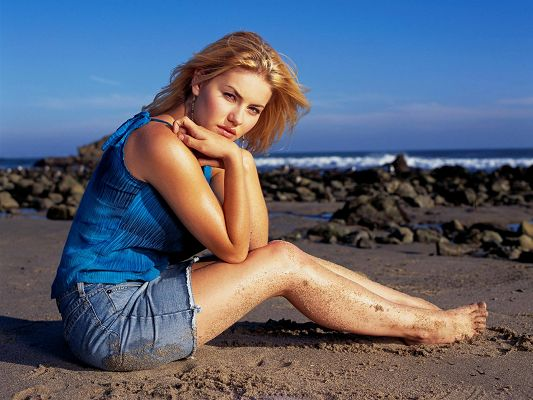 Elisha Cuthbert HD Post in Pixel of 1920x1440, Girl Having a Great Time by Beachside, She is Naughty and Attractive - TV & Movies Post