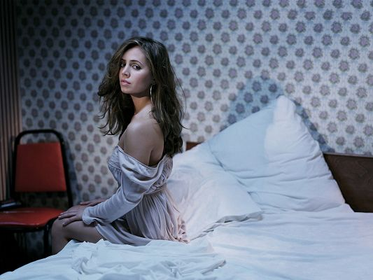 click to free download the wallpaper--Eliza Dushku HD Post in Pixel of 1600x1200, Beauty About to Sleep, Clothes Are Loose, Time for You to Get Out - TV & Movies Post
