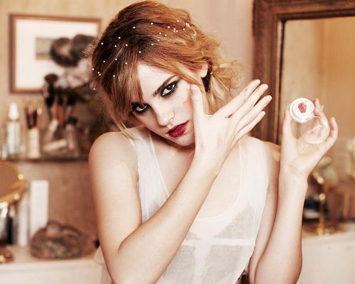 Emma Watson Crazy Looks Post in Pixel of 1280x1024 Pixel, Blood Seems to be All Over the Girl, Is She Turned into a Vampire? - TV & Movies Post