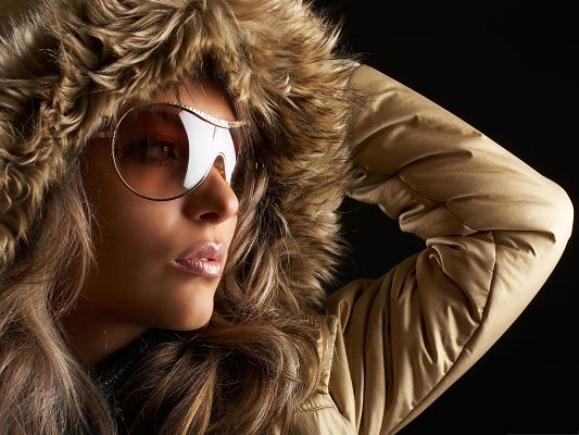 click to free download the wallpaper--Fashionable Girl Image, in Brown Sunglasses and Clothes, Beautiful in Winter