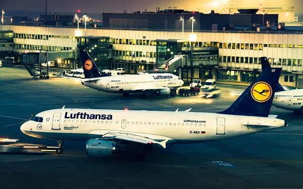 click to free download the wallpaper--Free Airplane as Background, Lufthansa Planes in Evening Lights