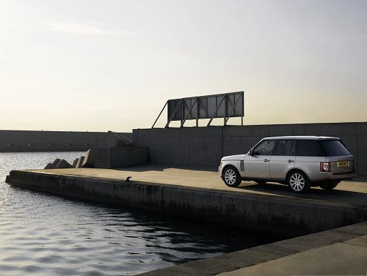 click to free download the wallpaper--Free Cars Image, Range Rover Car in Front of the Lake, Gains First Attention
