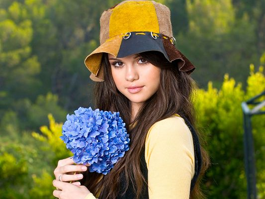 click to free download the wallpaper--Free Download TV & Movies Post - Selena Gomez Post in Pixel of 1920x1440, in Casual Hat and Blue Flowers, She is Impressive