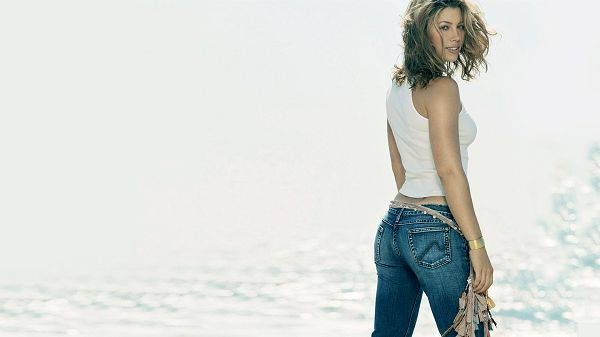 click to free download the wallpaper--Free Download TV & Movies Post of Jessica Biel, In Face of the Sea, Just Smile and Things Will be Going Good