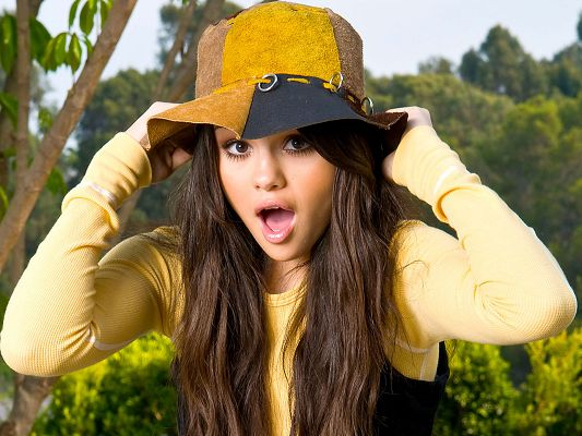 Free Download TV & Movies Post of Selena Gomez, the Girl's Eyes Are Fully Open, She is Just Astonished, What's Wrong?