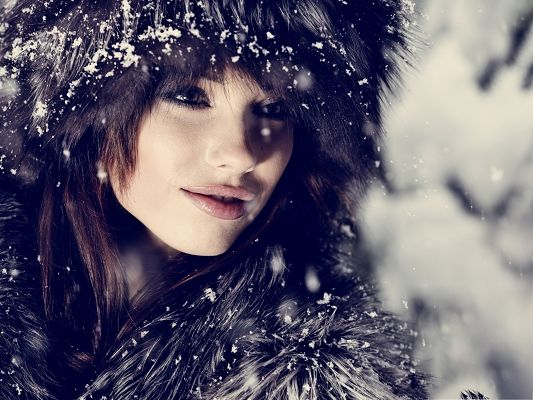 click to free download the wallpaper--Free Girls Wallpaper, Beautiful Girl in Winter Dressing, Snow Falling on Her Hat