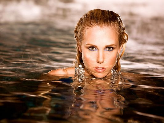 click to free download the wallpaper--Free Girls Wallpaper, Blonde Lady in Water, Impressive and Nice Look