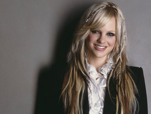 Free Pics of Beautiful Actresses, Anna Faris is Smiling, She is the Warm and Sweet Princess