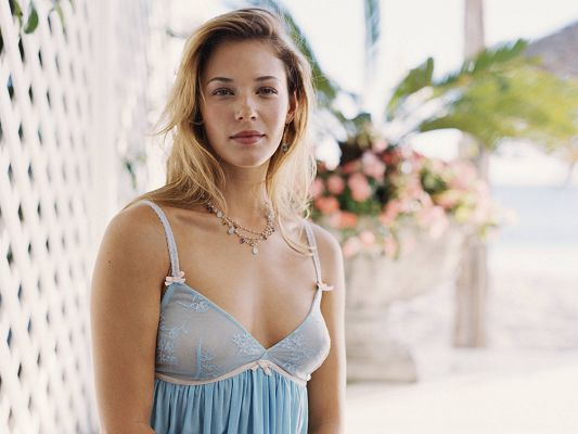 Free Scenery Wallpaper - Includes Amanda Righetti, Much More Attractive than the Plants and Surrounding Scene!,click to download