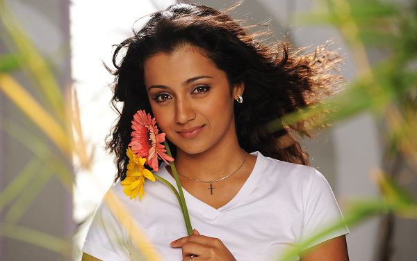 Free Scenery Wallpaper - Includes Trisha Krishnan and Beautiful Flowers, Which Is More Impressive?