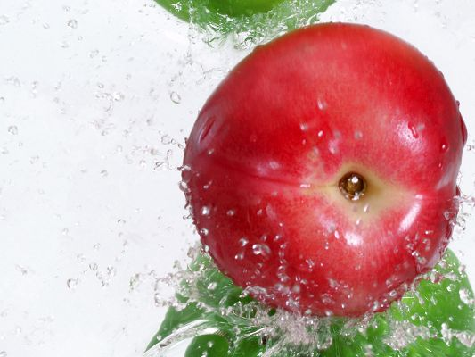 click to free download the wallpaper--Fruits Wallpaper, Red Peach Under Water Splash, Innervation Fruits