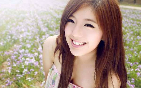 Girl Boasting of Her Bright and Clear Smile, Added with Hot Body Figure, She is the Most Beautiful - HD Artists Wallpaper