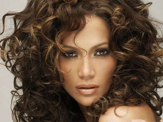 click to free download the wallpaper--Girl Download Pictures, Jennifer Lopez in Curly Hair, Astonishing Beauty!