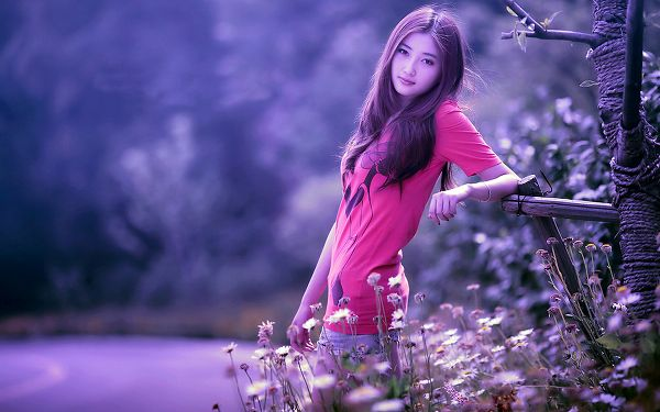 click to free download the wallpaper--Girl in Casual Clothes and Hair Style, Standing Among Flowers and Leaning on a Wooden Creature, She Never Fails to Attract Attention - HD Attractive Girls Wallpaper