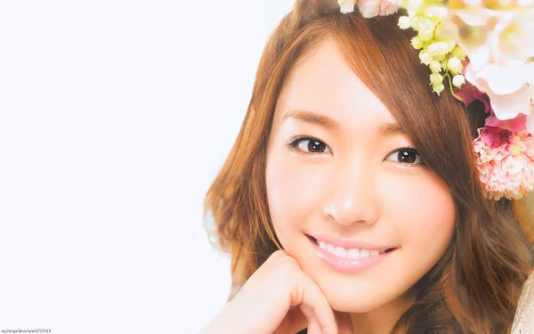 click to free download the wallpaper--Girl in Flower Hat, Skin is Soft and Smooth, She is the None Other Attraction, You Can Melt in Front of Her - HD Yui Aragaki Wallpaper