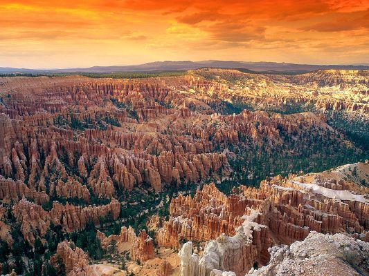 click to free download the wallpaper--HD Natural Scenery Wallpaper of Bryce Canyon National Park, the Setting Sun is Generous and Powerful, All Things Present a Golden Color