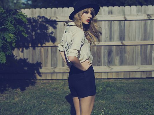 click to free download the wallpaper--HD Widescreen Wallpaper, Taylor Swift Outdoor, in Old Style