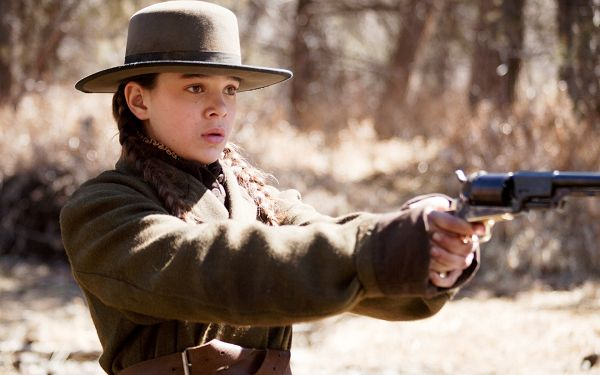 click to free download the wallpaper--Hailee Steinfeld Post in True Grit in Pixel of 1920x1200, Girl with a Gun, Yet Has No Idea What to Do, She is Cute - TV & Movies Post