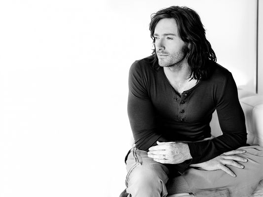 Handsome Man Pictures, Nostalgic Hugh Jackman, Long Hair and Gloomy Tender Eyesight, Eyes Can't Move