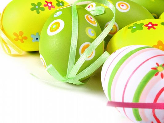 click to free download the wallpaper--Holiday Wallpapers, Easter Eggs Under Macro Focus