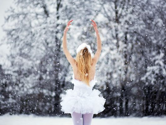 click to free download the wallpaper--Hot Girls Photo, in Short White Dress, Dancing in the Snow, the Pure Angel