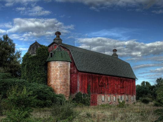 click to free download the wallpaper--Images of Beautiful Landscape, an Old Red Barn Under the Blue Sky, Amazing Look