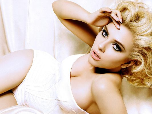 In Blond Hair and Cosmetics, She is Simply a Sexy Monster, No Wonder Kevin Durant Says That - HD Scarlett Johansson Wallpaper