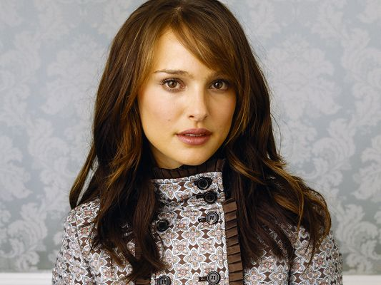 In Blond Hair and Snowy White Skin, Shirt is Black, the Easy and Simple Style Can Fit Her the Best - HD Natalie Portman Wallpaper