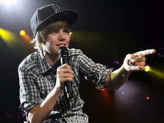 click to free download the wallpaper--In Casual Clothes and Hat, Microphone is Kept in Hand, the Singer Girls are Crazy about - HD Justin Bieber Wallpaper