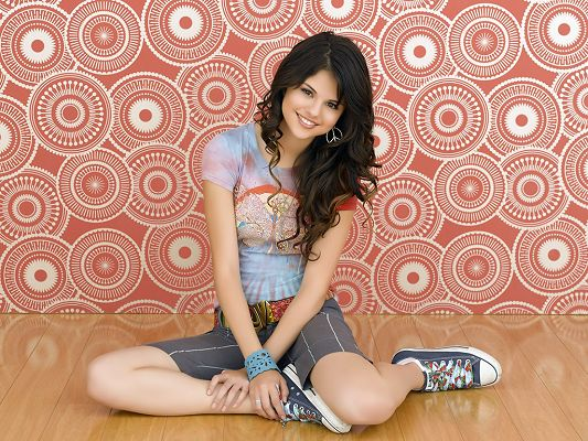 In Casual Clothes and Shoes, Setting is Light Red, She is Indeed an Approachable and Easy-Going Girl - HD Selena Gomez Wallpaper