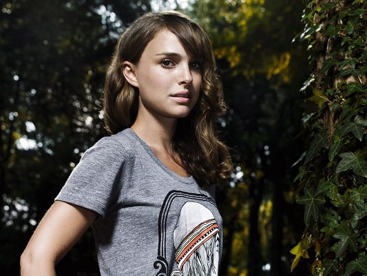 click to free download the wallpaper--In Casual T-Shirt and Facial Expression, She is Like a Neighborhood Girl, Easily Approachable - Typical HD Natalie Portman Wallpaper