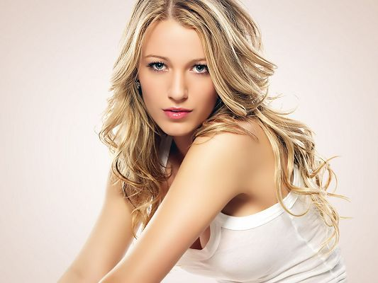 In White Tight Shirt and Combed Blond Hair, She Doesn't Have to Say Something to Draw Attention, Being Silent is Good - HD Blake Lively Wallpaper