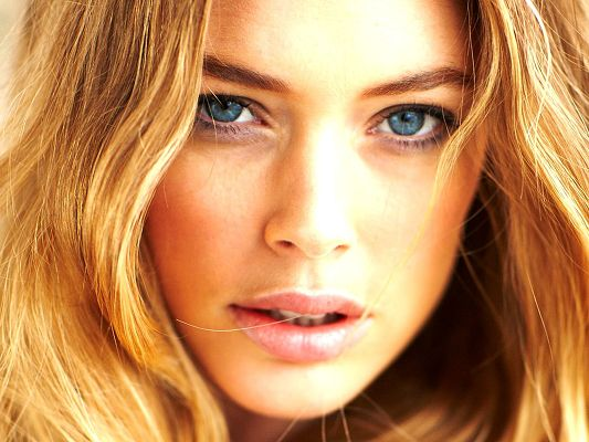 click to free download the wallpaper--Incredible TV Show Pics, Doutzen Kroes in Blonde Hair, Face Portrait, Simply Perfect