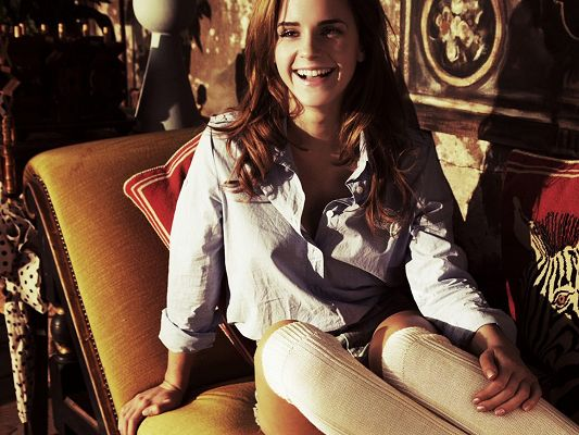click to free download the wallpaper--Incredible TV Show Pics, Emma Watson in Big Smile, Casual Clothes, Neighborhood Girl