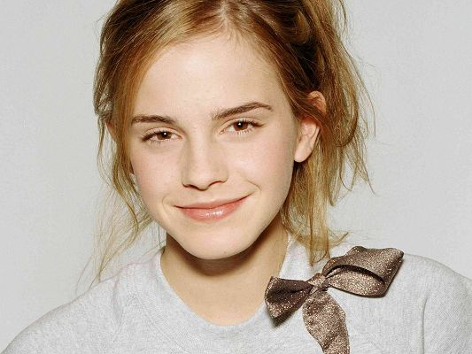 click to free download the wallpaper--Incredible TV Show Pics, Emma Watson in Smile, Does She Remind One of Sunshine?