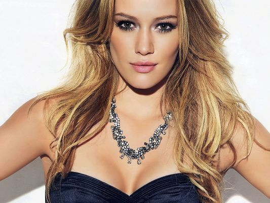 click to free download the wallpaper--Is Both Sexy and Sweet, Everything Fits Her, Face is Like a Carved One, Can Someone be More Impressive? - HD Hilary Duff Wallpaper