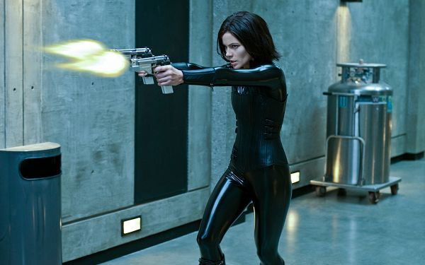 click to free download the wallpaper--Kate Beckinsale in Underworld Awakening in 2560x1600 Pixel, Two Guns Are in the Hand, a Powerful Lady that Fits - TV & Movies Wallpaper