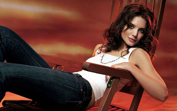 Katie Holmes HD Post in Pixel of 1920x1200, Beautiful Young Lady on the Swing Set, Casual Suit Fits Her the Best - TV & Movies Post