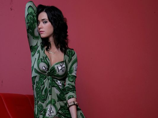 click to free download the wallpaper--Katy Perry HD Post in Pixel of 1024x768, Girl in Green Dress and Appealing Pose, She Will No Doubt Win the Very Focus - TV & Movies Post