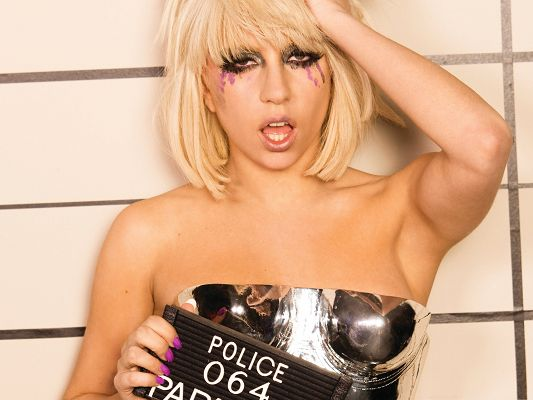 click to free download the wallpaper--Lady Gaga Pictures, Blond Hair and Thick Cosmetics, She is Beautiful